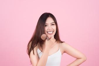 Schoonheid Aziatisch Meisje Bruin Huid Met Make-upborstels. Ze lacht en kijkt naar poederborstel, Natuurlijke make-up met mooi v-vormig gezicht en lange haarstijl.