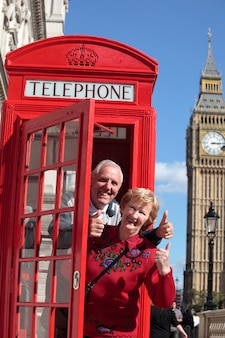 Senior paar in de rode telefooncel met de Big Ben in Londen