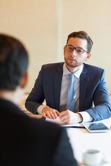 Serieuze manager interviewende aanvrager