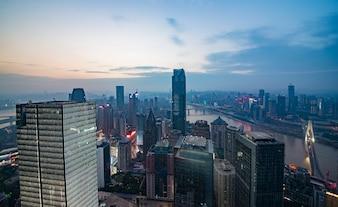 Skyline en het landschap van Chongqing bij rivieroever tijdens zonsopgang.