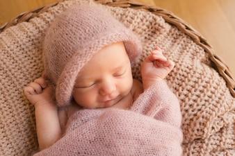 Slapende baby met opgeheven handen