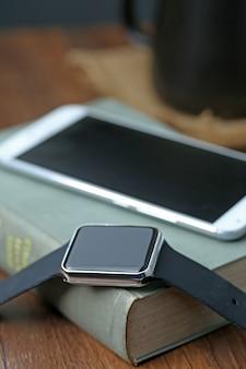 Slimme horloge en smartphone op het bureaublad