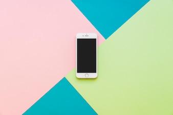 Smartphone op kleurrijke achtergrond