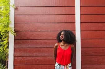Smiley meisje met houten achtergrond