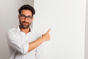 Smiley zakenman wijst whiteboard