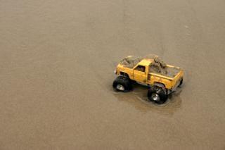 Speelgoed auto in het zand