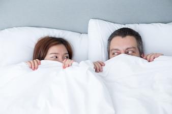 Speelse Paar Verbergen Achter Kombuis In Bed
