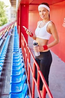 Sportieve vrouw koptelefoon op zoek fit