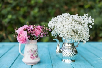 Spring achtergrond met theepot en vaas