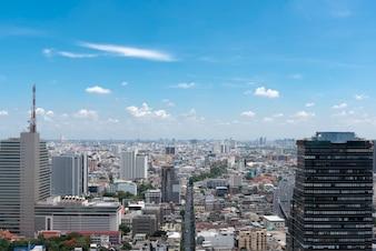 Stadsgezicht met blauwe lucht en wolken in Bangkok