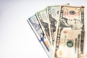 Stapel van Amerikaanse dollar honderd dollar bankbiljetten op witte tafel. Selectieve focus