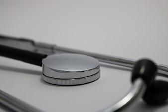 Stethoscoop liggend op een vlakke witte achtergrond