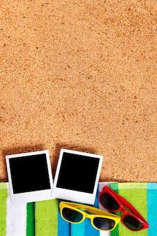 Strand met polaroidfoto's