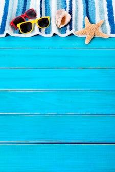 Strandhanddoek over een blauwe houten vloer