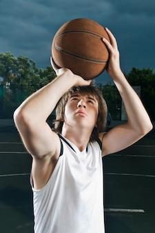 Streetball speler schieten basketbal