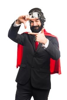 Super held zakenman concentreren met zijn vingers