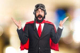 Super held zakenman verrassing gebaar op ongerichte achtergrond