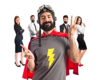 Superhero doet overwinningsgebaar