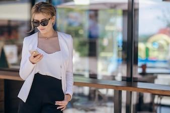 Telefoon vrouw texting meisje stedelijk