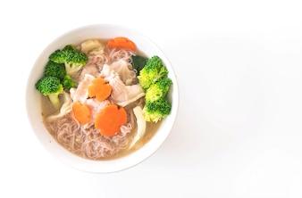 Thaise stijl noodle geroosterd in saussaus met gemarineerd varkensvlees en Chinees Broccoli