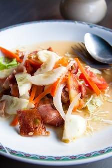 Thaise stijl spek salade op een witte plaat