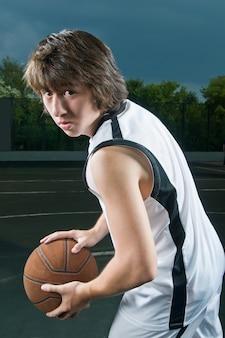 Tiener met basketbal