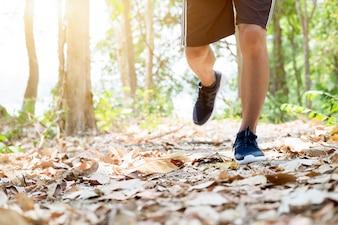 Trail running man oefenen buitenshuis voor fitness.