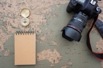 Travel samenstelling met kompas, camera en notebook