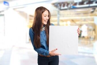 Trendy jonge vrouw met een witte doek