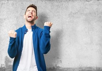 Triumph man in een blauwe jas