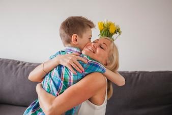 Trotse moeder omarmen haar zoon