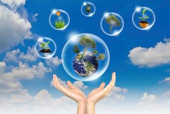 Twee handen met bubbels die werelden binnen