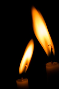 Twee kaarsen branden