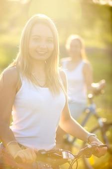 Twee meisjes met hun fietsen