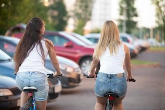 Twee meisjes ontspannen rijden op een fiets