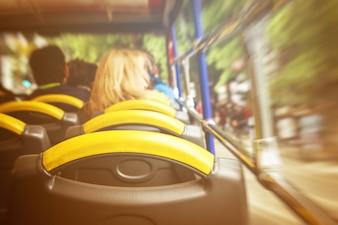 Uitzicht vanaf sightseeing bus van binnen naar buiten. Beweging. Toning. Reisconcept.