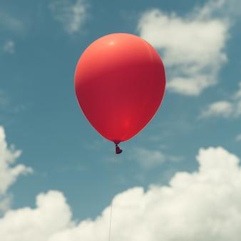 Veel kleurrijke ballonnen op de blauwe hemel, concept van liefde in de zomer en valentijn, bruiloft huwelijksreis. Vintage effect stijl foto's.