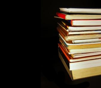 Vele boeken op een zwarte achtergrond