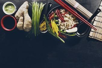Verscheidenheid Verschillende Veel Ingrediënten voor Koken Leuk Oosterse Aziatisch Voedsel. Bovenaanzicht met kopieerruimte. Donkere Achtergrond. Bovenstaand.