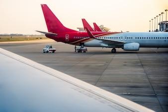 Vliegtuigen op landingsbaan