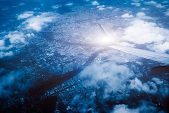 Vliegtuigenvleugels en grondsteden, luchtperspectief