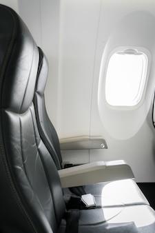 Vliegtuigstoelen in de cabine.