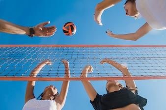 Vrienden bij volleywedstrijd