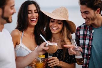 Vrienden gooien een strandfeest
