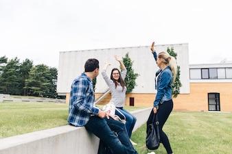 Vrienden hebben plezier op de binnenplaats van de universiteit
