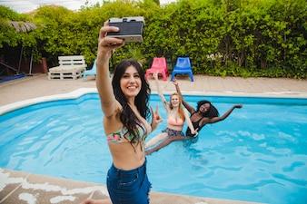 Vrienden stellen zich voor zichzelf in het zwembad