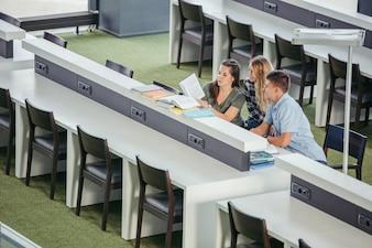 Vrolijke college klasgenoten in de bibliotheek