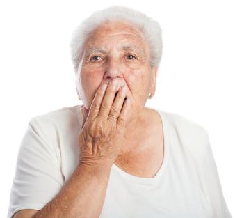 Vrouw die haar mond terwijl gapende