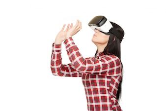 Vrouw in moderne VR-hoofdtelefoon in basketbal spelen.