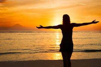 Vrouw kijken naar zonsondergang